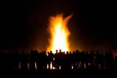 Gruppe von Personen am Feuer Stockfotografie