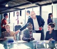 Gruppe von Personen haben eine Sitzung im Büro stockfotos