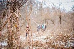 Gruppe von Personen im Hintergrund hinter Büschen lizenzfreies stockbild