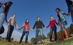 Gruppe von Personen im Kreis lizenzfreie stockbilder