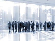Gruppe von Personen im LobbyGeschäftszentrum Stockfotos