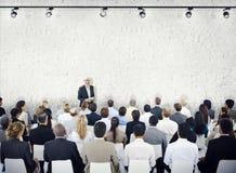 Gruppe von Personen im Seminar stockfotografie