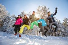 Gruppe von Personen im Sprung Stockfotos