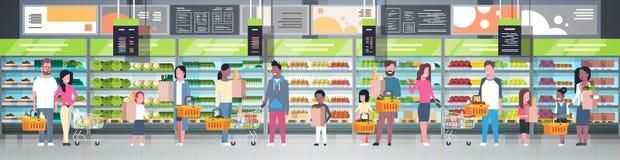 Gruppe von Personen im Supermarkt, der Taschen, Körbe hält und Laufkatzen über Regalen mit Lebensmittelgeschäft-Produkt-Verbrauch lizenzfreie abbildung
