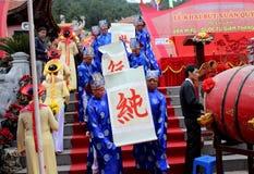 Gruppe von Personen im traditionellen Kostüm geben Buchstaben zum heiligen Lizenzfreies Stockfoto