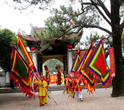 Gruppe von Personen im traditionellen Kostüm geben Geschenke zum heiligen Stockbilder