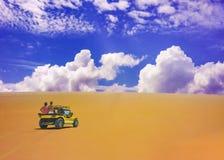 Gruppe von Personen innerhalb eines Buggys, der die Dünen klettert Stockbild