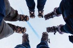 Gruppe von Personen mit dem Schnee, der acessories, auf großes Eis wandert Lizenzfreies Stockbild