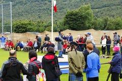 Gruppe von Personen mit einem jungen scotish Pfeifer im Kilt Lizenzfreie Stockfotografie