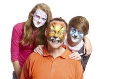 Gruppe von Personen mit Gesichtsmalerei-Geishamädchenwolf und -tiger Stockfotografie