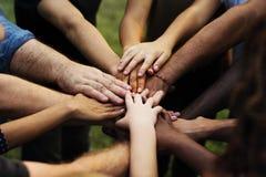 Gruppe von Personen mit ihren Händen zusammen lizenzfreies stockbild