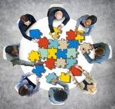 Gruppe von Personen mit Puzzlen im Foto und in der Illustration Lizenzfreies Stockbild