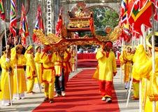 Gruppe von Personen palanquin Prozession von heiligem lizenzfreies stockfoto