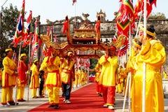 Gruppe von Personen palanquin Prozession von heiligem lizenzfreie stockfotos