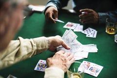 Gruppe von Personen spielen spielende Karten Stockfoto