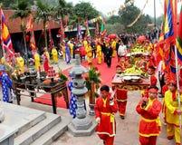 Gruppe von Personen in traditioneller Kostüm palanquin Prozession von h Lizenzfreie Stockfotos