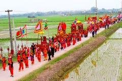 Gruppe von Personen in traditioneller Kostüm palanquin Prozession von h stockbild