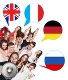 Gruppe von Personen und Blasen mit den Flaggen der Länder Stockfotografie