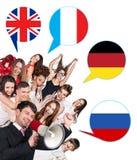 Gruppe von Personen und Blasen mit den Flaggen der Länder Lizenzfreies Stockfoto