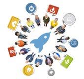 Gruppe von Personen und Rocket Symbol Stockfotografie