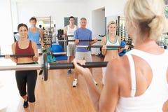 Gruppe von Personenen-anhebende Gewichte Lizenzfreies Stockfoto