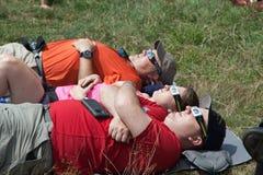 Gruppe von Personenen-aufpassende Eklipse stockfoto