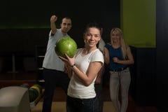Gruppe von Personenen-Bowlingspiel Stockfoto