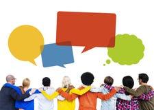 Gruppe von Personenen-Hände auf Schultern und Sprache-Blasen Lizenzfreie Stockfotos