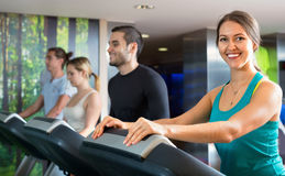 Gruppe von Personenen-Handeln Herz auf Tretmühlen im Fitness-Club Lizenzfreie Stockbilder
