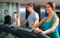 Gruppe von Personenen-Handeln Herz auf Tretmühlen im Fitness-Club Stockbild