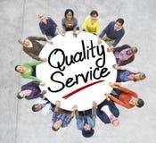 Gruppe von Personenen-Händchenhalten um Qualitäts-Service Lizenzfreies Stockfoto