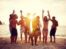 Gruppe von Personenen-Partei auf dem Strand Stockbild