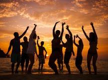 Gruppe von Personenen-Partei auf dem Strand Stockfotos