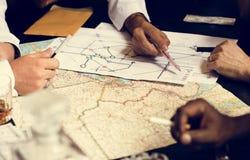 Gruppe von Personenen-Planung mit der Karte lizenzfreies stockbild