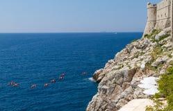 Gruppe von Personenen-Seekajaken in der Adria Lizenzfreies Stockfoto