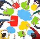 Gruppe von Personenen-Sitzung mit Sprache-Blasen Stockbild