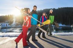 Gruppe von Personenen-Ski And Snowboard Resort Winter-Schnee-Gebirgsnette glückliche lächelnde Freunde, die Feiertag sprechen Stockfoto