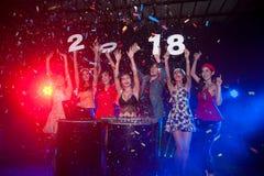 Gruppe von Personenen-Tanzen am Nachtclub mit Sankt-Hut Weihnachtsfeiertagspartei Stockfotografie