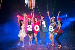Gruppe von Personenen-Tanzen am Nachtclub mit Sankt-Hut Weihnachtsfeiertagspartei Stockfotos