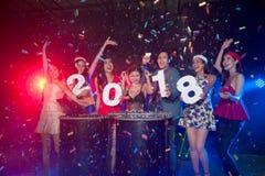 Gruppe von Personenen-Tanzen am Nachtclub mit Sankt-Hut Weihnachtsfeiertagspartei Lizenzfreie Stockfotografie