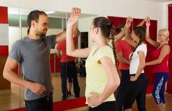 Gruppe von Personenen-Tanzensalsa im Studio Stockfotos