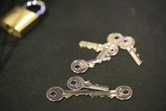 Gruppe von Schlüsseln und von Vorhängeschloß Stockfotos