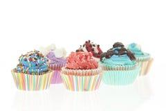 Gruppe von sechs bunten kleinen Kuchen lokalisiert Lizenzfreies Stockbild