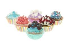 Gruppe von sechs verschiedenen bunten kleinen Kuchen lokalisiert Lizenzfreies Stockfoto