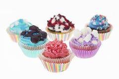 Gruppe von sechs verschiedenen bunten kleinen Kuchen lokalisiert Lizenzfreies Stockbild