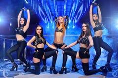 Gruppe von sexy gehen-gehen die Tänzer, die schwarze Ausstattungen tragen Lizenzfreies Stockbild