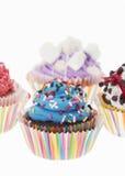 Gruppe von vier bunten kleinen Kuchen lokalisiert Stockbild