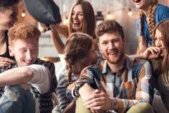 Gruppe von vier Freunden, die heraus lautes im Freien, gute und positive Stimmung teilend lachen lizenzfreies stockbild