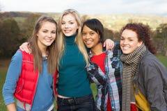 Gruppe von vier jugendlichen weiblichen Freunden Lizenzfreie Stockfotografie