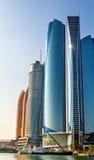 Gruppe von Wolkenkratzern in Abu Dhabi stockbilder